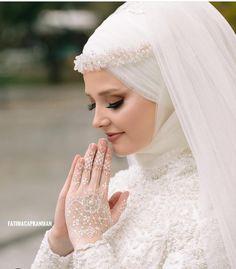 Hijab styles 348606827407795074 Image may contain: 1 person wedding and outd Başörtüsü Modelleri 2020 Wedding Hijab Styles, Muslimah Wedding, Muslim Wedding Dresses, Muslim Brides, Muslim Women, Bridal Gowns, Wedding Gowns, Hijab Stile, Mode Turban