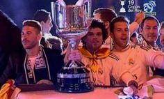 ¡Pepe y Ramos, con la Copa en el Autobús! ¡Ya están ENTRANDO en Cibeles! #ElChiringuitoDeNitro pic.twitter.com/Lu9SXD1JLp