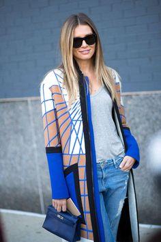 Auffälliger Mantel mit Muster, Boyfriend-Jeans, graues T-Shirt // statement coat, jeans, boyfriend fit, grey tee