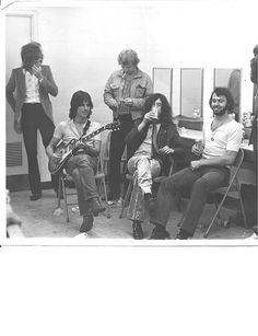 1969 picture of Rod Stewart, Jeff Beck, Jimmy Page, and Richard Cole backstage (somewhere). Isn't it weird that Rod Stewart started out (at least got famous) singing for Jeff Beck. Ronnie Wood was their bass player! It's crazy. Jimmy Page, Led Zeppelin, Jeff Beck Group, The Black Crowes, Tour Manager, The Yardbirds, Jailhouse Rock, John Bonham, Rod Stewart