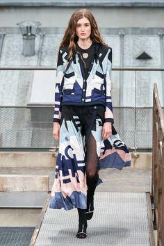 Chanel Spring 2020 Ready-to-Wear Collection - Vogue ✫♦๏☘‿MO Oct ✤ ❀‿❀ ✫❁`💖~⊱ 🌹🌸🌹 ⊰✿⊱ ❥༺✿༻♛༺ ♡~♥⛩ ⚘☮️❋ Foto Fashion, Only Fashion, Fashion History, Fashion Week, Fashion 2020, Runway Fashion, Fashion Brands, Womens Fashion, Paris Fashion