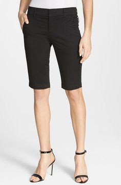 Bermuda Shorts in Black.