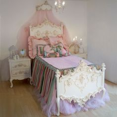 Beautiful White Victorian bed for a little girl.. I love it! <3