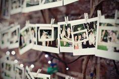 Monte um varal de fotos feitas pelos seus convidados para expor no casamento e depois coloque-as no teu album