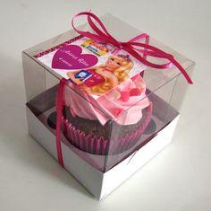 Cupcake Barbie Escola de Princesas em embalagem individual para lembrança de aniversário.