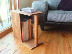 サイドテーブルとしてちょうど良い大きさのマガジンラックです。置き方によっていくつかの用途に使用出来ます。 写真の1〜3枚目はマガジンラックテーブルとしての使用イメージです。 4枚目の写真はマガジンラックです取手が有るので移動に便利です。 5枚目の写真は飾り棚として使ってます。無垢の木を使っています。荒材に軽くサンディングしてブライワックスとオスモカラーで仕上げました。 踏み台等の用途には使用出来ません。下記のサイズについては1枚目の写真の置き方から測ってます。幅22cm高さ43cm奥行き44cm