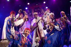 Proche du blues, la musique de transe Gnaoua est traditionnellement chantée par des descendants d'esclaves originaires d'Afrique noire, notamment de l'ancien Soudan et des pays du sud du Sahara. ©festival-gnaoua.net/fr/