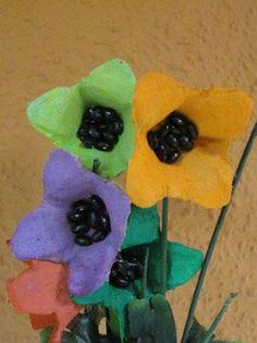 Flors fetes amb les capses de cartró dels ous.   Pintades amb temperes de diferents colors.