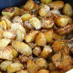 Ovnstegte kartofler med parmesan og rosmarin.
