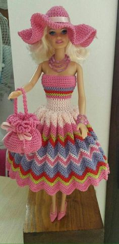 Irresistible Crochet a Doll Ideas. Radiant Crochet a Doll Ideas. Crochet Doll Dress, Crochet Barbie Clothes, Knitted Dolls, Barbie Patterns, Doll Clothes Patterns, Crochet Pattern Free, Barbie Mode, Barbie Collection, Barbie Dress