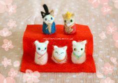 Felted kitties in Japanese regalia! Nice.