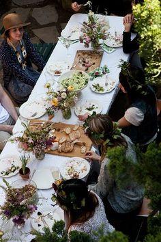 Fest mit Freunden. Draußen Zeit verbringen. Brotzeit. Käse und Wurst. Wiesenblumen. Streublumen. Florale Dekoration. Sommer. Entspanntes Zusammensein.