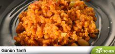 Sebzeler, baklagiller ve baharatlar birleşiyor ve sıradan bir bulgur pilavını gerçek bir lezzet şölenine çeviriyor. Maksut Aşkar'ın tarifiyle...  #gununtarifi: Meyhane Pilavı