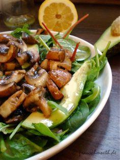 Frau S. verändert diesmal unsere Welt durch diesen unglaublich fantastisch aussehenden Spinatsalat mit Avocado und Pilzen.