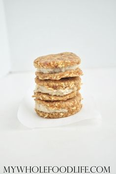 Raw Vegan Oatmeal Cream Pies - All you need is 6 simple ingredients to make these raw oatmeal cream pies. So much better than store bought. Vegan and gluten free. Raw Desserts, Paleo Dessert, Gluten Free Desserts, Delicious Desserts, Dessert Recipes, Yummy Food, Healthy Sweet Treats, Healthy Cookies, Vegan Treats