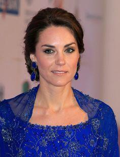Pin for Later: 6 modische Highlights von Kate Middleton's Trip nach Indien Passende Ohrringe Passend zum Kleid trug die Herzogin blaue Ohrringe von Amrapali, einem indischen Label.