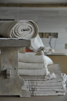 Wooden bench covered in linen rolls for barn conversion Lino Natural, Natural Linen, Linen Bedding, Linen Fabric, Bed Linen, Textiles, Linen Cupboard, Grain Sack, Linens And Lace