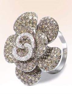 Gorgeous ring, I love this.  This ring is so very feminine and stunning.