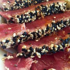 Con antojo mortal d este delicioso tataki de atún! Cambio el arroz por unos espárragos asados y tengo la cena perfecta! @acquamerida #fitmom #fitdinner #tuna #tataki #sesame #highprotein #merida #meridarestaurant by gabyarceonline