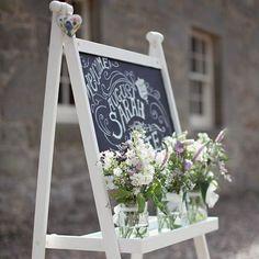 Letrero de bienvenida | Imagen de @craigandevasanders en @lovemydress | #weddingsign #chalk #elblogdeunanovia #boda