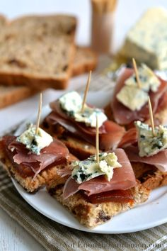 Pintxos (or pinchos) are small snacks, spiked with toothpicks and typically served in Spanish bars in the Basque country. For my Spanish pintxos recipe, I paired sweet quince paste with salty prosciutto and creamy blue cheese! Pizza Sandwich, Prosciutto, Wine Recipes, Cooking Recipes, Pork Recipes, Detox Recipes, Sandwiches, Cheese Toast, Cinnamon Recipes