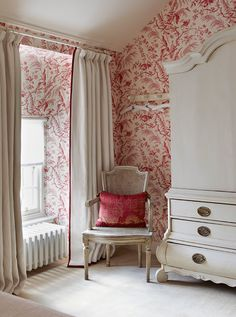 Toile de jouy gets a contemporary update in this bedroom by Todhunter Earle. The plain linen curtains are edged with a narrow red banding to tie in with the deep red toile wallpaper. Home Interior, Interior Design, Red Wallpaper, French Wallpaper, Print Wallpaper, Bedroom Wallpaper Red, Red And White Wallpaper, Wallpaper Desktop, Disney Wallpaper