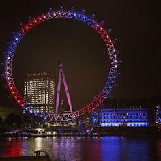El London Eye a orillas del Támesis se ilumina en rojo, azul y blanco para celebrar el nacimiento del bebé del príncipe Guillermo y Kate, la duquesa de Cambridge. Foto: AP
