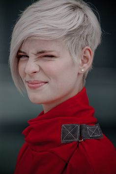 Super asym pixie with great platinum color--- why must i see this when in trying to grow out my hair...?!?!