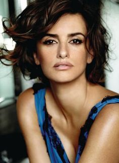 Penelope Cruz is a leading fashion icon for beauty, makeup and hairstyles industry. Penelope Cruz hails from Hollywood, has a style that is totally Mario Testino, Vicky Cristina Barcelona, Penelope Cruze, Look Body, Javier Bardem, Spanish Actress, Olga Kurylenko, Celebrity Moms, Celebrity Crush