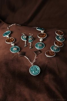 Kette, Armband und Ohrringe aus Nespresso Kapseln in türkis und braun, mit Perlen.