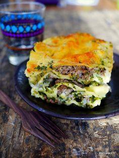 Une recette de lasagnes facile et qui change avec des épinards, de la viande et pour les plus gourmands, du fromage de chèvre !