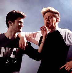 Zayns reaction when niall licked his finger tho. >>> they're so stupid I love them