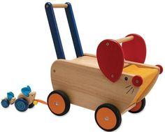 Schiebewagen Mäusefamilie Massivholz-Spielwagen Rutscher    Süßer, stabiler Massivholz-Spielwagen im lustigen Mausdesign mit handlichem Griffbügel, praktischer Ablagefläche aus Stoff und angehängter Mäusefamilie. Kleine Kinder können auf dem Wagen sitzen oder ihn als Rutschfahrzeug verwenden.