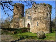 Le bâtiment fortifié nommé Châteaubrun dans l'Indre est une construction de plus de 700 ans. Bien qu'il ait été fortement consolidé, ce château médiéval possède tous les systèmes défensifs de son époque : Par exemple cette magnifique entrée fortifiée et ses tours rondes crénelées.