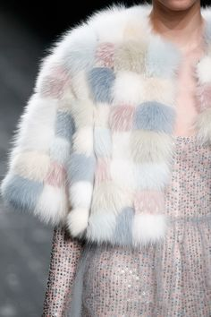 cool Valentino Fall 2016 Ready-to-Wear Fashion Show Details - Vogue Fashion Mode, Fur Fashion, Fashion Details, World Of Fashion, Trendy Fashion, High Fashion, Winter Fashion, Womens Fashion, Fashion Design