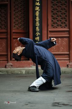 Wudang Drunken Fist performed by a Taoist from Beijing White Cloud Temple (Baiyun Guan), the headquarter of Chinese Taoist Association.