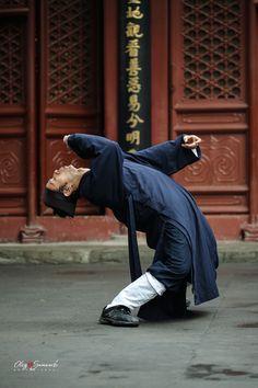 Wudang Drunken Fist performed by a Taoist from Beijing White Cloud Temple (Baiyun Guan), the headquarter of Chinese Taoist Association.