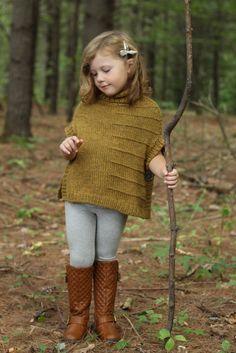 Пончо для девочки спицами Mini Gale от Alicia Plummer. Вязание спицами для девочек пончо. Под маленькими ножками хрустят дубовые листья, пока они с любопытством бегают по лесу, создавая шум.