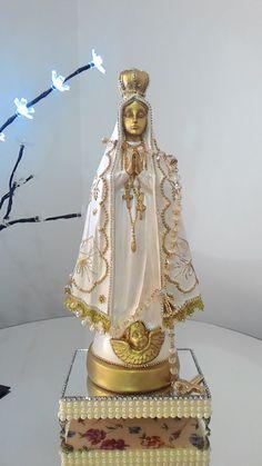 Imagem Nossa Senhora Aparecida nas cores branca e dourado. Trabalhada com Strass. Linda para levar uma ótima mensagem de paz e devoção para o seu lar.