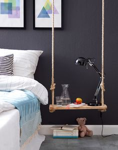 Der frei hängende Nachttisch aus Holz und Seil ist schnell gemacht und hat Platz für Wecker, Lampe und Bettlektüre.