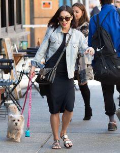 Look bem básico da Vanessa Hudgens mas cheio de estilo . Jaqueta jeans oversized e vestido midi preto e básico