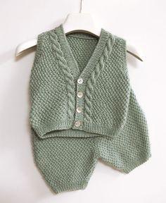En route vers la douceur avec cet ensemble pour bébé tricoté avec la laine 100% Baby DMC .