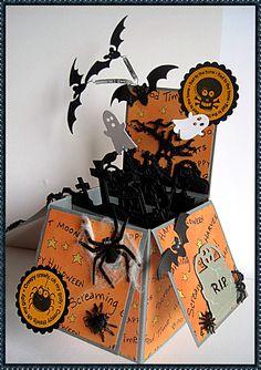 """Meine allererste """"Card in a box"""" ist für eine Halloween Wichtelei entstanden.                 Lieben Gruß    Heike"""