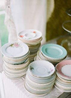 Vintage china is perfect for a garden wedding #RYW