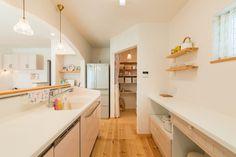 ナチュラルフレンチのかわいい家でパントリーのある暮らし|施工事例|浜松、名古屋で一戸建てを建てるならアイジースタイルハウス Decoration, Alcove, Kitchen Design, Bathtub, Bathroom, House, Home Decor, Interiors, Houses