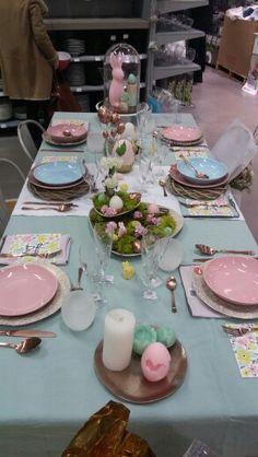 Pastels. Mars 2016. Table rose, bleu, vert, jaune, cuivre. Lapin, oeuf.