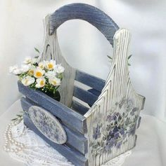 Wooden box with flowers Palet Projects, Wood Projects, Craft Projects, Projects To Try, Decoupage Vintage, Decoupage Box, Wooden Basket, Wooden Crates, Wood Crafts