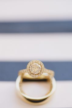 Gold halo engagement ring | Photography: www.jasmine-star.com