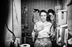 Angelo afeita la cabeza a su mujer    Historia del cáncer a través de la fotografía