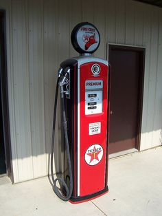 An old Texaco gas pump in Hicksville, Ohio. Old Gas Pumps, Vintage Gas Pumps, Old Garage, Garage Art, Pompe A Essence, Cool Old Cars, Old Gas Stations, Porcelain Signs, Vintage Metal Signs